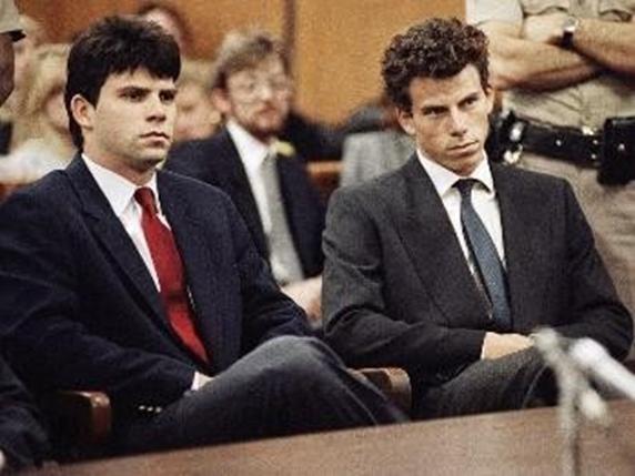 美國加州,1994 年,一對成年兄弟(Erik & Lyle Menendez)謀殺了他們雙親